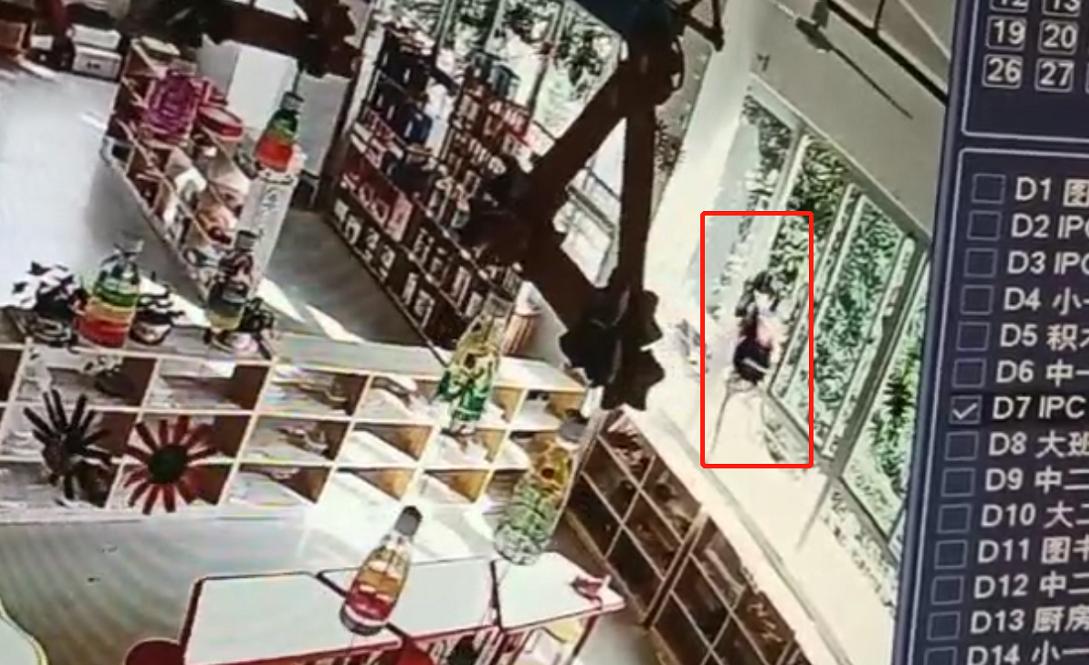 监控显示小萍被锁屋内后自行爬出窗外 本文图片均为受访者供图
